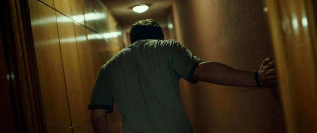 """""""Se levantó con fuerza. Tuvo que caminar con un brazo extendido tocando la pared para mantener el equilibrio. Llegó al baño justo a tiempo de vomitar en el interior de la taza. Con cada arcada notaba la sangre bombear en su cabeza y palpitar en el derrame de su ojo""""."""