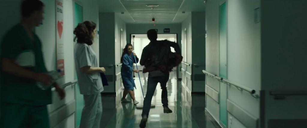 """""""Uno de los enfermeros salió corriendo al aparcamiento, detrás de Aarón. El otro se acercó hasta el mostrador a comprobar si Miguel estaba bien""""."""